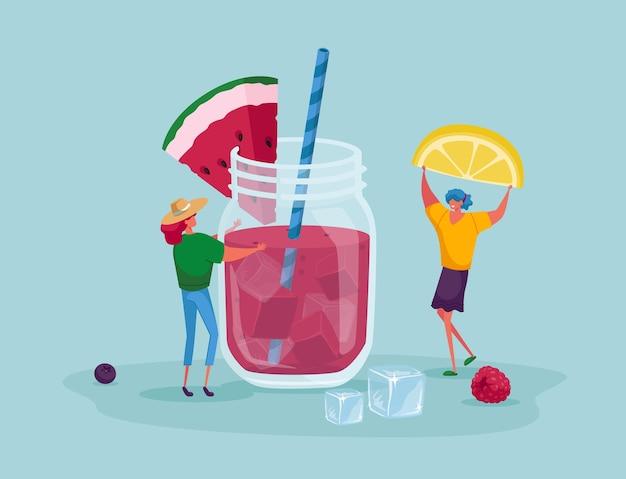 Kleine mensen zetten een schijfje citroen in een enorme glazen pot met roze watermeloenensap