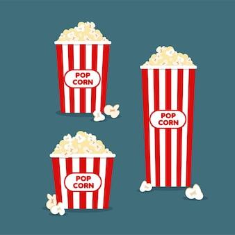 Kleine, middelgrote en grote popcorn in klassiek gestreepte rood-witte kartonnen doos in cartoonstijl.
