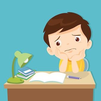 Kleine schattige jongen verveelde huiswerk