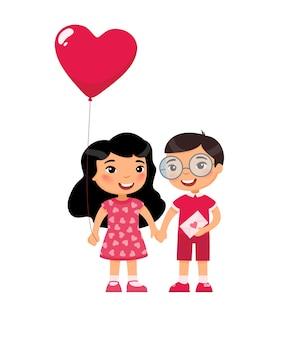 Kleine vriend en vriendin vieren valentijnsdag