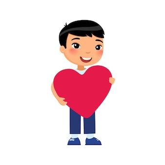 Kleine vriend hartvormig te houden. aziatisch glimlachend kindkarakter.