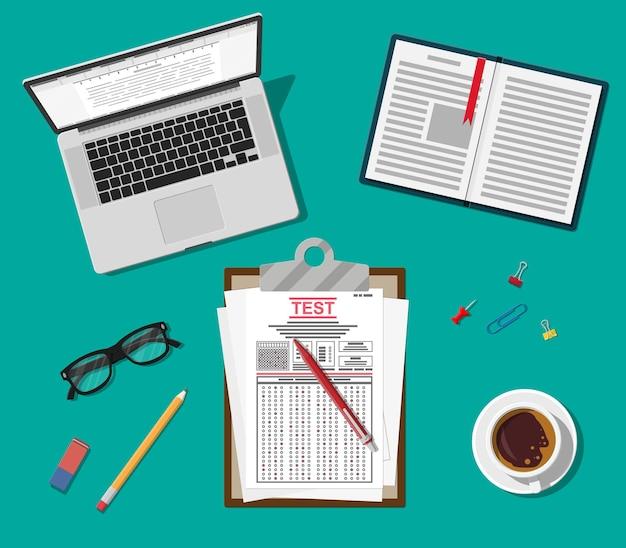 Klembord met enquête- of examenformulieren en pen. beantwoorde quizpapieren, stapel vellen met onderwijstest