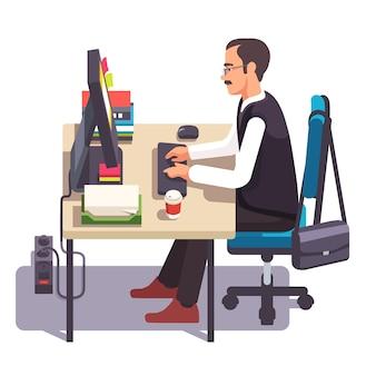 Klerk man die aan een desktop computer werkt