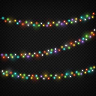 Kleur lichte slingers. kerstmis steekt vakantiedecoratie met kleurrijke gloeilamp aan. realistische verlichting string vector set geïsoleerd
