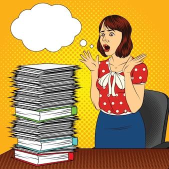 Kleur vector popart komische stijl illustratie van een meisje in het kantoor. het meisje aan de balie. drukke vrouw doet kantoorwerk. werknemer met veel documenten op tafel. stressvolle gezicht van vrouwen