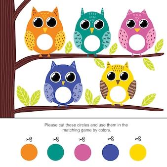 Kleurafstemmingsspel voor kinderen. knip de cirkels door en koppel ze op kleur aan uilen. voorschoolse activiteitenpagina voor peuters. illustratie