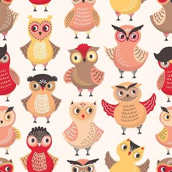 Kleurrijk naadloos patroon met grappige slimme uilen op wit
