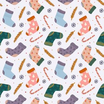 Kleurrijk naadloos patroon voor kerstmis en nieuwjaar 2020 met warme sokken en traditionele kerstelementen in hygge-stijl
