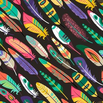 Kleurrijk schuin naadloos patroon met veren van exotische vogels of pauwenconcept van dieren in het wild of natuurlijke diversiteit