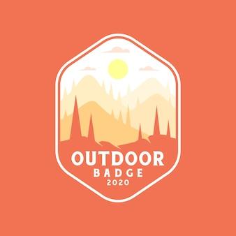 Kleurrijke buitenbadge, sticker, padontwerp. met zonsondergang in het berglandschap