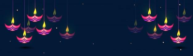 Kleurrijke hangende olie verlichte lampen, web banner ontwerp voor happy diwali vieringen.