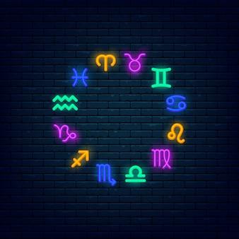 Kleurrijke het neonbanner van dierenriemsymbolen bij bakstenen muur