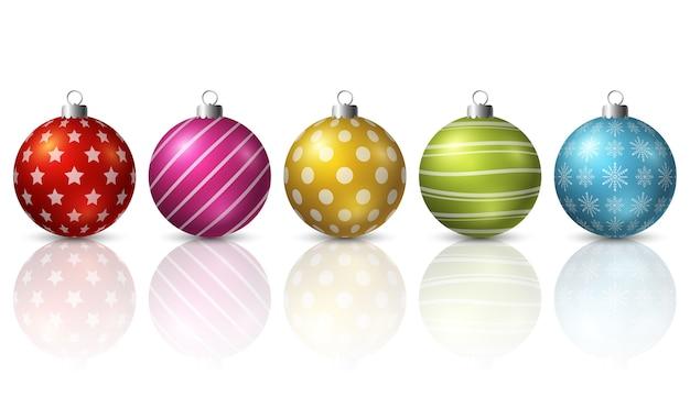 Kleurrijke kerstmisballen op witte achtergrond
