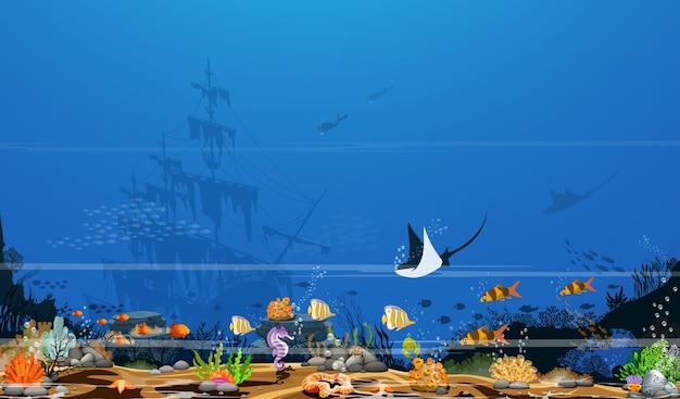 Kleurrijke koraalriffen met vissen en schaduwen van bomen op de blauwe zeebodem en het wrak.