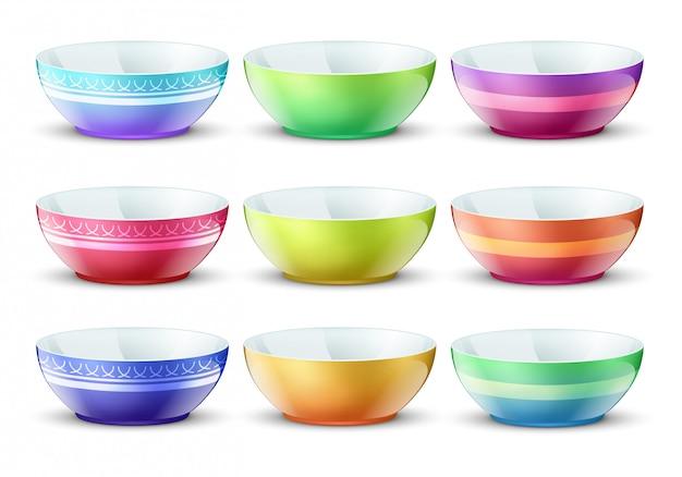 Kleurrijke lege kommen geïsoleerd. porseleinen keuken voedselplaten set