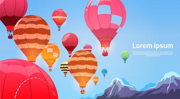Kleurrijke luchtballons die in hemelbanner vliegen