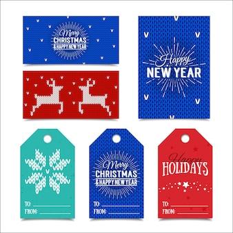 Kleurrijke papieren kaartjes en naamkaartjes voor cadeautjes met belettering happy holidays, merry christmas en happy new year .. gebreide noorse elementen