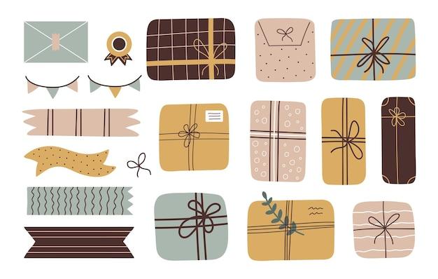 Kleurrijke stijlvolle set geschenkdozen envelop en decoratieve duct tape op witte achtergrond