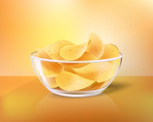 Knapperige chips in glazen kom als zoute snack voor bier
