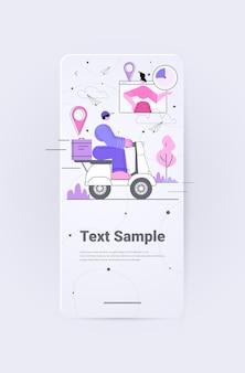 Koerier op scooter die voedsel levert voor het online bezorgserviceconcept van de zakenvrouw