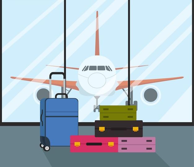 Koffers in luchthaven met vliegtuig op achtergrond.