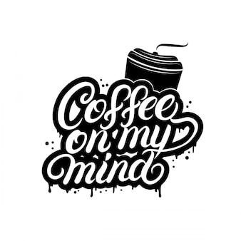 Koffie op mijn geest handgeschreven letters met koffiekopje.