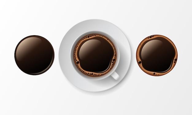 Koffiekopje mok met crema schuim bubbels geïsoleerd, bovenaanzicht op wit