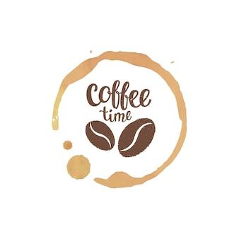 Koffiekopje vlek en druppels met koffie tijd belettering en bonen silhouetten.