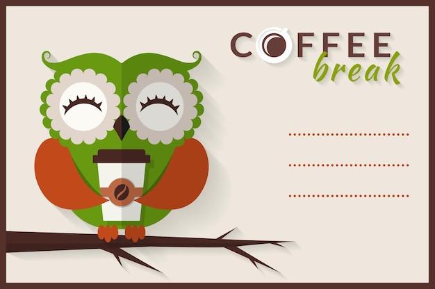 Koffiepauze. schattige uil met papieren koffiekopje. kaart met plaats voor tekst. vlakke afbeelding.