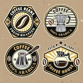Koffieset van vier gekleurde vectorbadges, emblemen, labels of logo's op de achtergrond met verwijderbare texturen