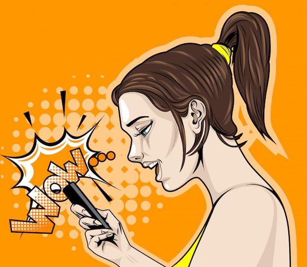 Komische tekening van de zijkant van een vrolijk meisje met een smartphone die wauw zegt