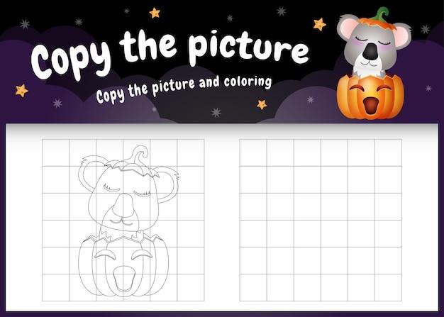 Kopieer het foto-kinderspel en de kleurpagina met een schattige koala met een halloween-kostuum