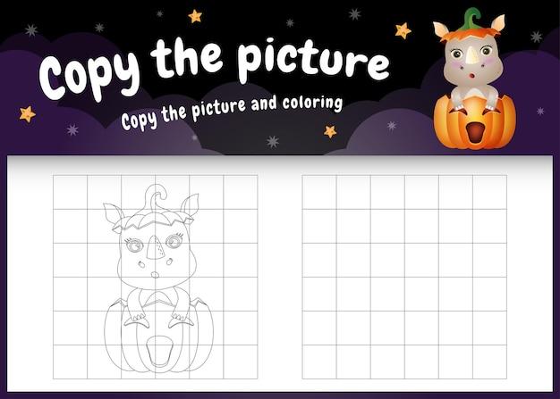Kopieer het foto-kinderspel en de kleurpagina met een schattige neushoorn met halloween-kostuum