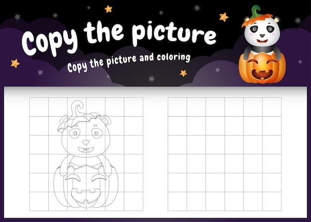 Kopieer het foto-kinderspel en de kleurpagina met een schattige panda met halloween-kostuum