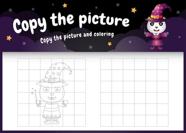 Kopieer het foto-kinderspel en de kleurpagina met een schattige pandabeer met halloween-kostuum