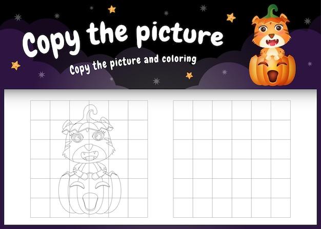 Kopieer het foto-kinderspel en de kleurpagina met een schattige tijger met halloween-kostuum