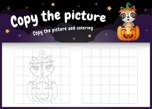 Kopieer het foto-kinderspel en de kleurpagina met een schattige wasbeer met halloween-kostuum