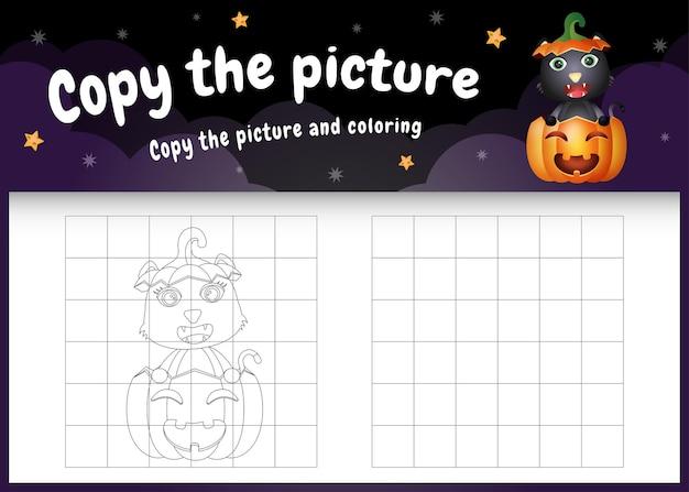 Kopieer het foto-kinderspel en de kleurpagina met een schattige zwarte kat met halloween-kostuum