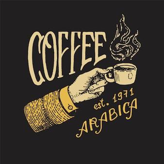 Kopje koffie in de hand. logo en embleem voor winkel. de mens houdt een mok. hete chocolademelk. vintage retro badge.