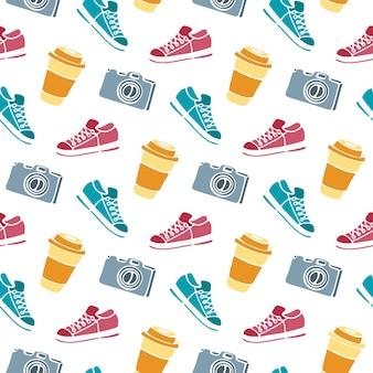 Kopje koffie om te gaan, camera, sneakers naadloze patroon hand tekenen doodle. Premium Vector