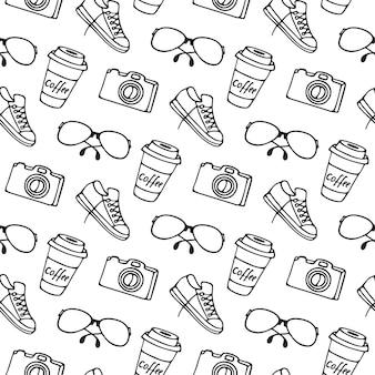 Kopje koffie op afhaalmaaltijden, bril, camera, sneakers naadloos patroon. Premium Vector