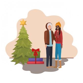 Koppel met kerstboom en geschenken