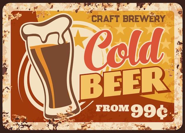 Koud ambachtelijk bier roestige metalen plaat brouwerij productie vintage roest tin teken