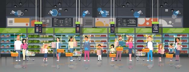 Kruidenierswinkel klanten identificatie bewaking cctv gezichtsherkenning mix race mensen met tassen manden trolley karren modern supermarkt interieur bewakingscamera systeem