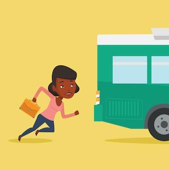 Laatkomer vrouw die voor de bus loopt.