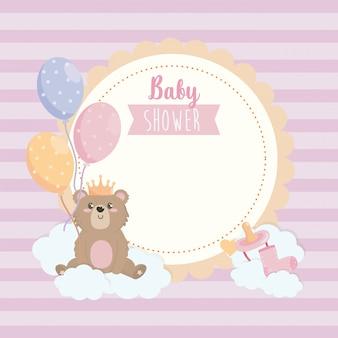 Label van teddy beer draagt kroon met ballonnen en lint