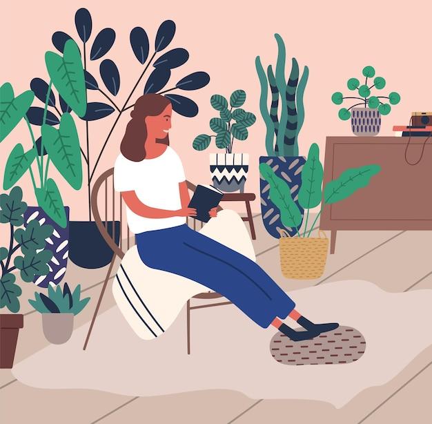 Lachende jonge vrouw ontspannen leesboek omringd door platte vectorillustratie kamerplant. vrolijke cartoon vrouw genieten van tijd voor jezelf in comfortabel huis. aangenaam meisje met anti-stress vrije tijd.