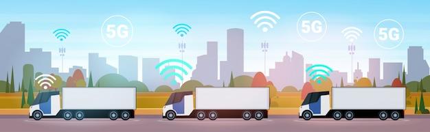 Lading semi vrachtwagen opleggers rijden weg 5g online draadloos systeem verbinding concept stadsgezicht achtergrond levering logistiek transport horizontaal