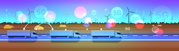 Lading semi vrachtwagen opleggers rijden weg online draadloos systeem verbinding concept windturbines landschap achtergrond levering logistiek transport horizontaal