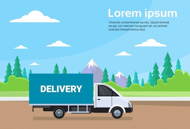 Ladingsvrachtwagen bestelwagen op weg met bergen achtergrondverzending en leveringsconcept